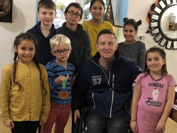 Stéphane Molliens, champion olympique handisport, visite ses filleuls à la maison d'enfants de Viotti
