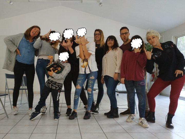 Un groupe d'adolescents réfléchit aux risques sur les réseaux sociaux